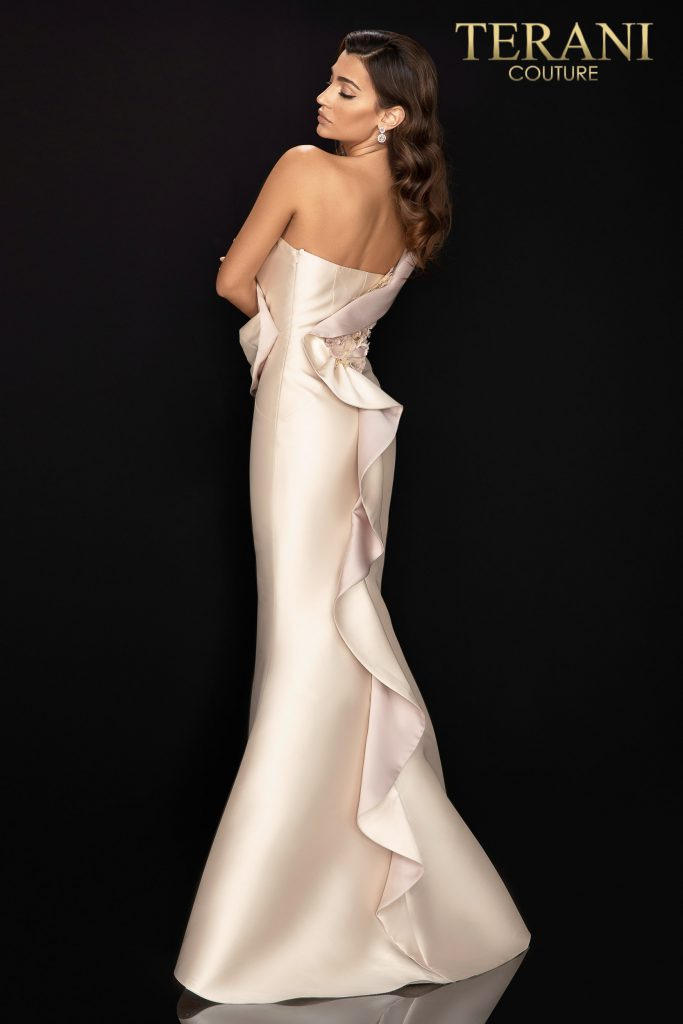 Style: Asymetric one shoulder gown with sculpted collar and 3D flowers – 2011E2424